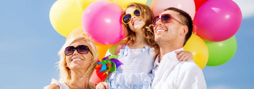 famille avec des ballons - ôvoyages